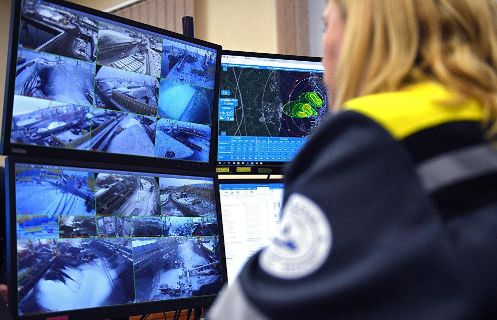 В порту обустроена экологическая диспетчерская, сотрудник которой круглые сутки следит за выгрузкой и погрузкой, состоянием окружающей среды и, в случае неблагоприятного прогноза, может остановить те или иные процессы