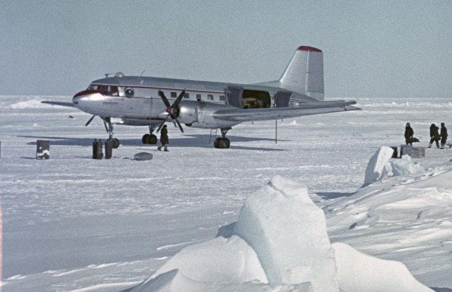 Самолет ИЛ-14 полярной авиации на ледяном аэродроме в Арктике. Доставка груза для научной экспедиции Северный полюс - 9