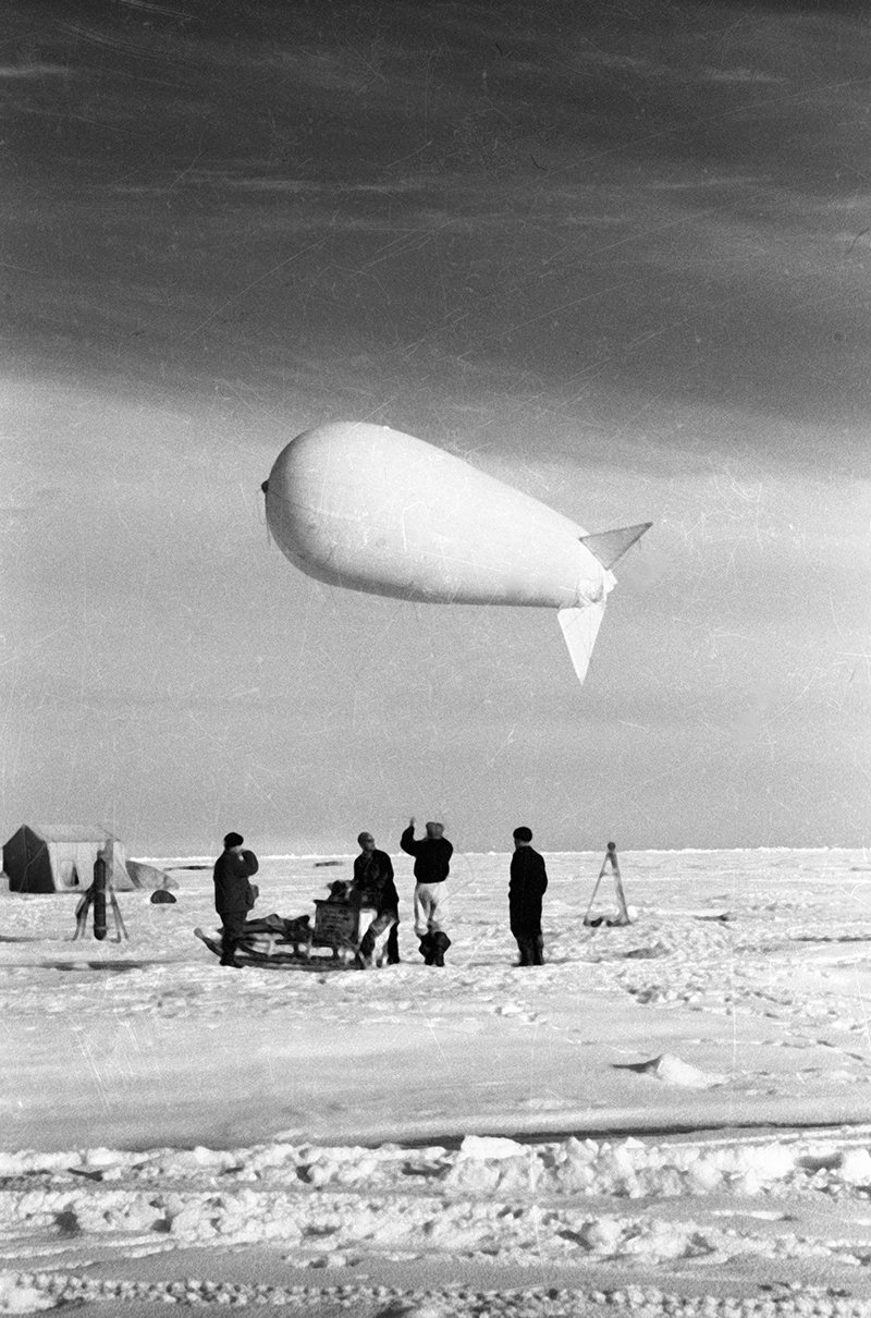 Drifting stations' staff launch a meteorological airship