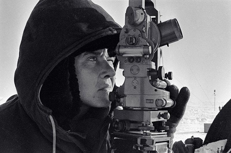 Геодезист проводит наблюдения на станции СП-11