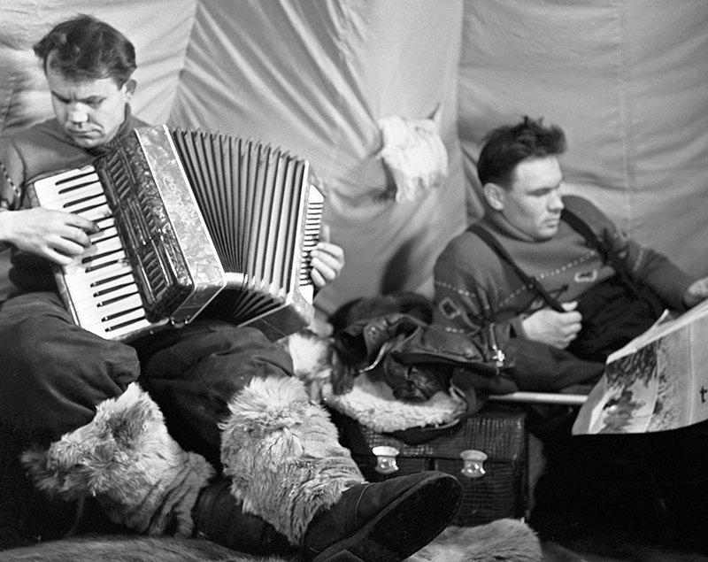 Полярники советской дрейфующей станции «Северный полюс - 11» отдыхают после трудового дня