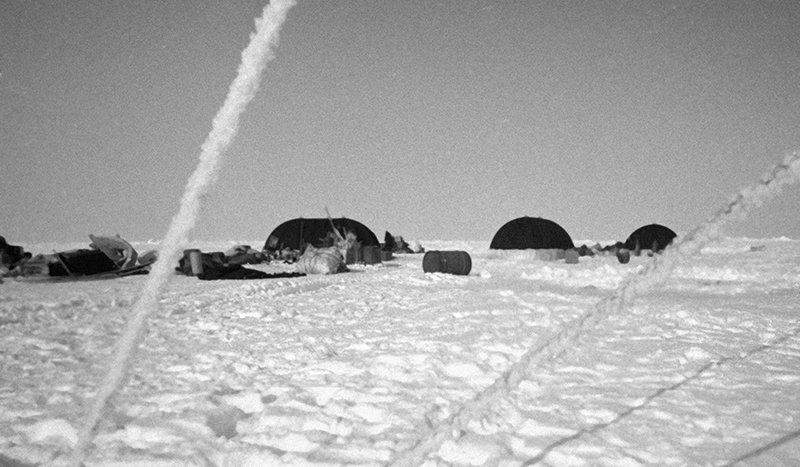 Временный лагерь станции «Северный полюс - 12» в Арктике
