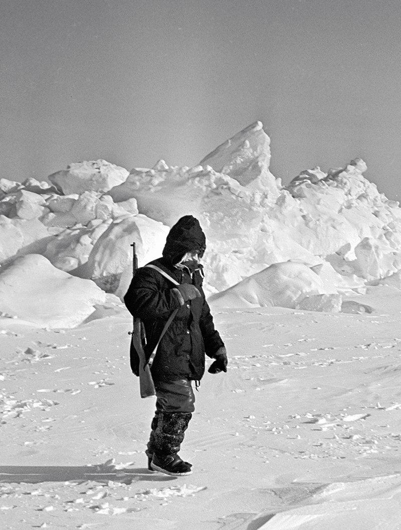 Начальник арктической станции «Северный полюс - 12», кандидат технических наук Николай Кудрявцев обходит «свои владения»