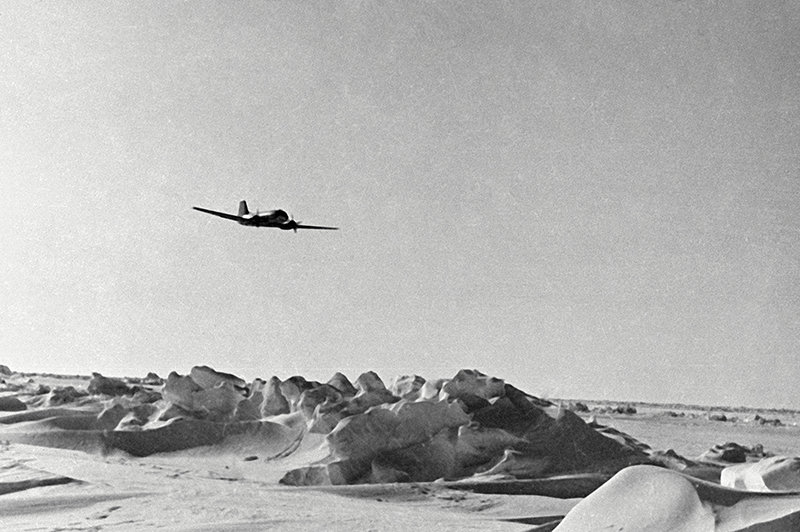 Самолет «ИЛ-14» летит над льдами в Центральной Арктике