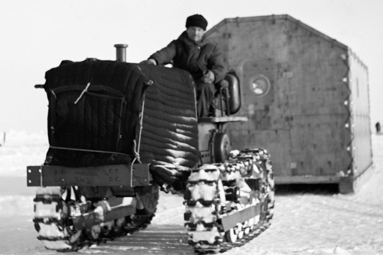Буксировка домика на арктическую станцию «Северный полюс-12»