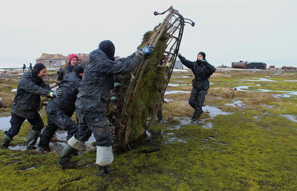 Добровольцы очищали территорию вручную, так как техника не всегда могла добраться до нужного места