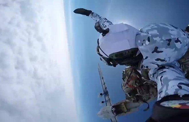 Российские десантники совершают групповое десантирование с самолета Ил-76 на новых парашютных системах с высоты 10 000 метров в экстремальных условиях Арктики в районе архипелага Земля Франца Иосифа