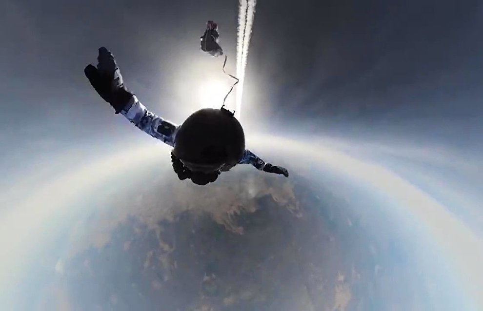 Russian paratroopers first to jump from height of 10 km in Arctic