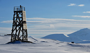 Сигнальная вышка на берегу Северного Ледовитого океана архипелага Шпицберген
