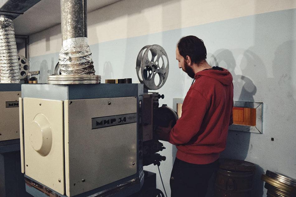 Станислав Шуберт работает с кинопроекторами «Мир»