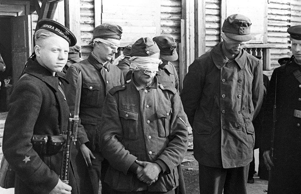 German soldiers taken prisoners by Soviet reconnaissance officers near Petsamo