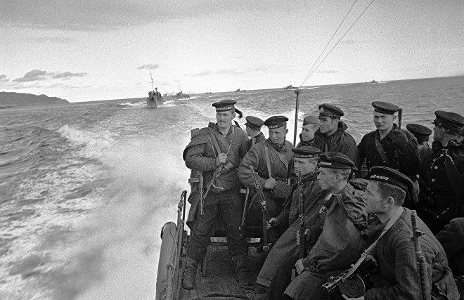 Моряки-десантники идут на катерах к берегам, где находится противник. Северный флот