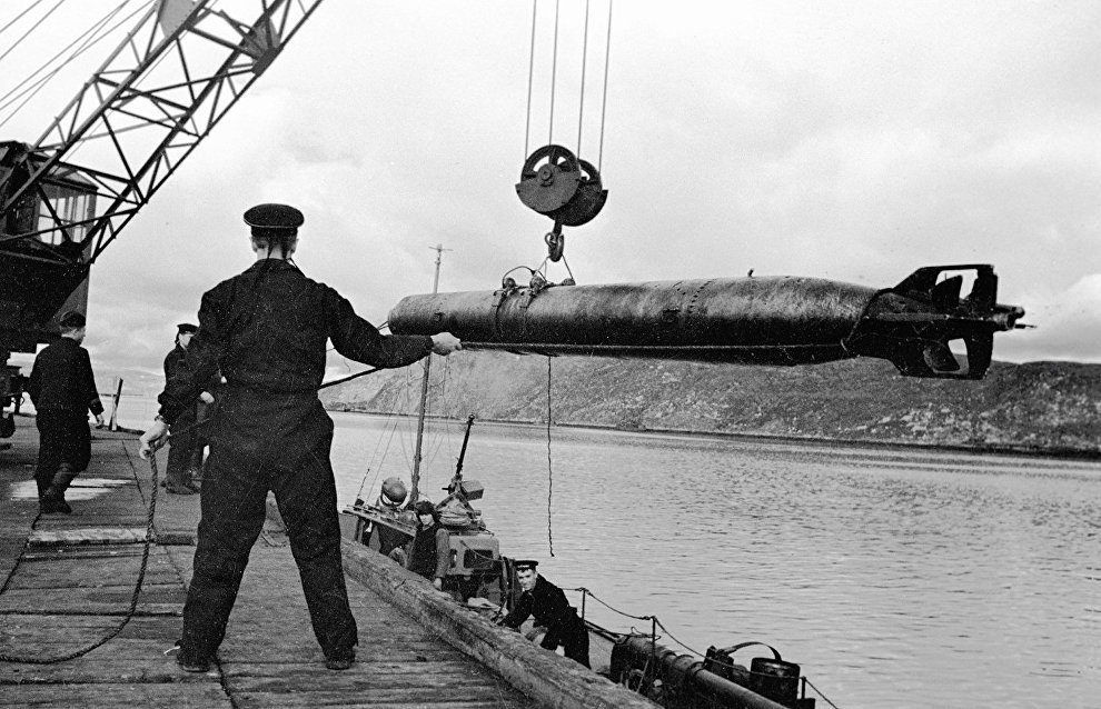 Soldiers loading torpedoes on cutters. The Northern Fleet