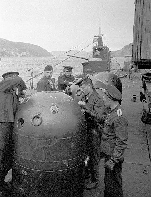 Sailors of the Northern Fleet preparing mines on the submarine's deck