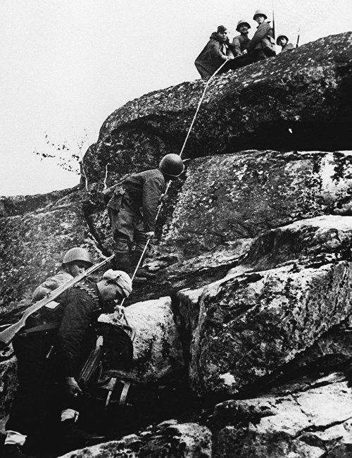 The liberation of Northern Norway. Machine gunners change combat emplacement