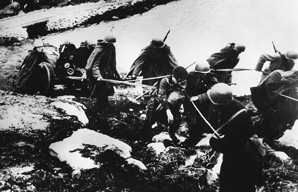 Artillerymen change combat emplacement
