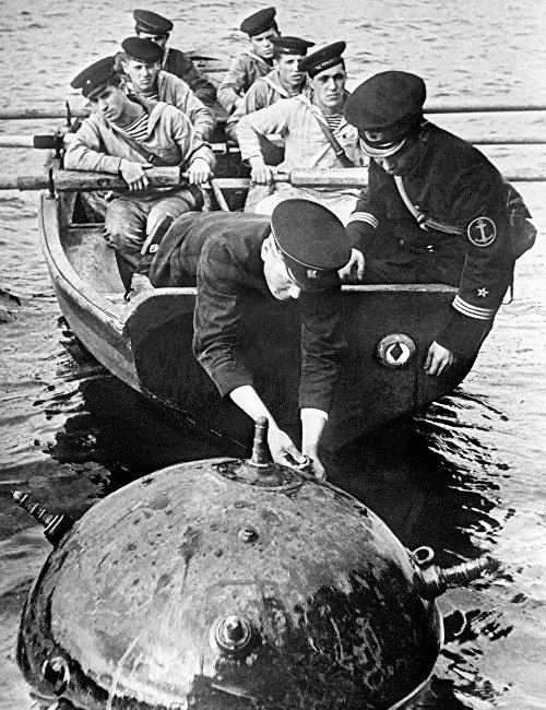 Great Patriotic war of 1941-1945. Combat engineers of the Northern Fleet defuse enemy mine